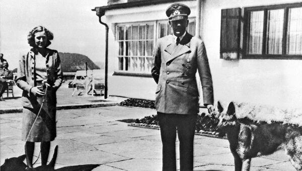 Ева Браун и Адолф Хитлер у Бергхофу - Sputnik Србија