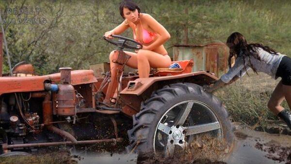 Модерне девојке возе трактор. - Sputnik Србија