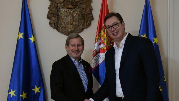 Evropski komesar za susedsku politiku i pregovore o proširenju Johanes Han i premijer Srbije Aleksandar Vučić - Sputnik Srbija