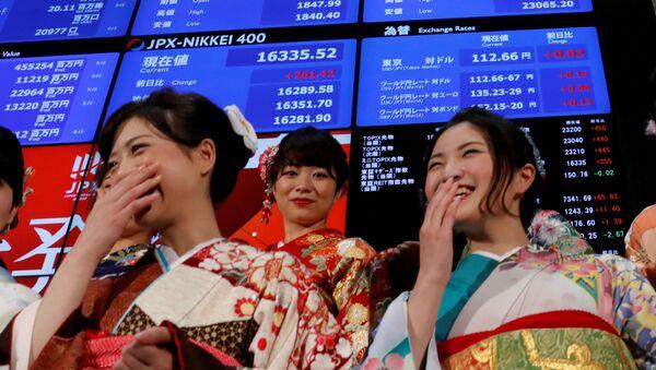 Žene obučene u tradicionalne japanske kimone stoje ispred bilborda sa berzanskim izveštajem na tokijskoj berzi - Sputnik Srbija