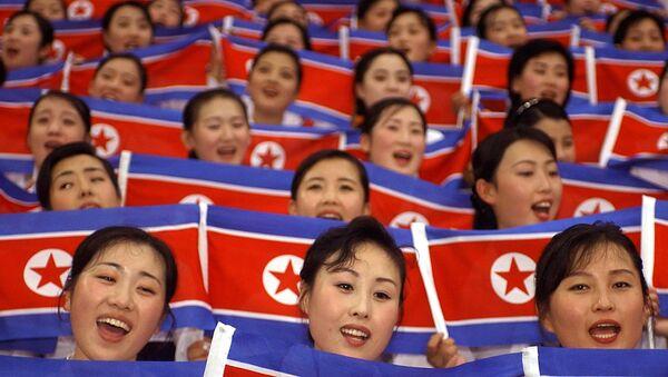 Чланице националног тима навијачица Северне Кореје са националним заставама на отварању Светских студентских игара  у Дагеу, 21. Августа 2003. - Sputnik Србија