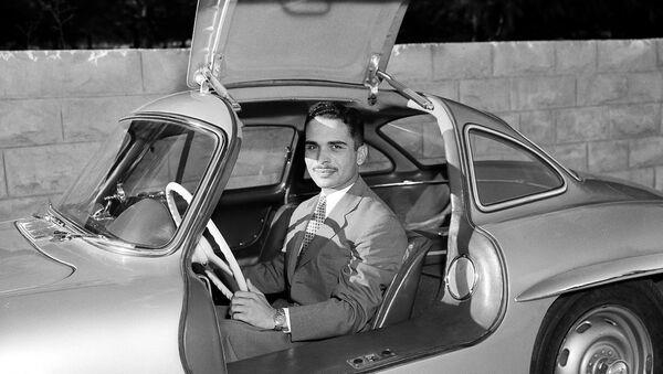 Јордански краљ Хусеин седи у новом мерцедесу у краљевској палати у Аману 30. октобра 1957. - Sputnik Србија