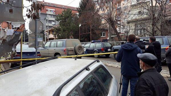 Novinari na mestu na kom je ubijen Oliver Ivanović u Kosovskoj Mitrovici. - Sputnik Srbija