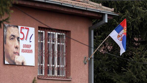 Srpska zastava i slika Olivera Ivanovića na kući u Kosovskoj Mitrovici u kojoj je bila njegova kancelarija. - Sputnik Srbija