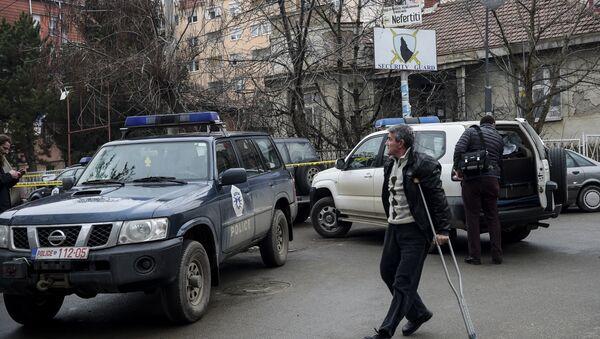 Policijski automobil na mestu gde je ubijen Oliver Ivanović u Kosovskoj Mitrovici. - Sputnik Srbija