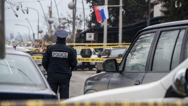 Kosovski policajac na mestu gde je ubijen Oliver Ivanović u Kosovskoj Mitrovici. - Sputnik Srbija