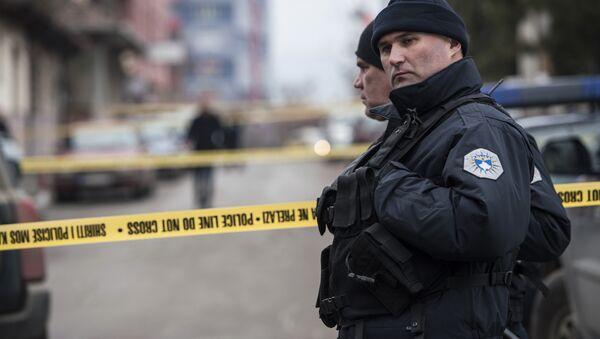 Kosovski policajci na mestu gde je ubijen Oliver Ivanović u Kosovskoj Mitrovici. - Sputnik Srbija