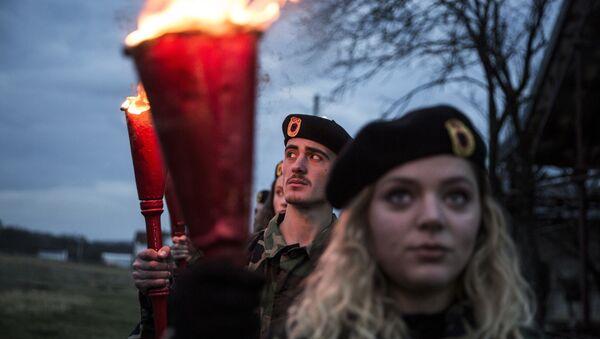 Kosovski Albanci u uniformama OVK tokom ceremonije Noć požara u selu Prekaz 7. marta 2017. na dan kad je 1998. ubijen Adem Jašari.  - Sputnik Srbija