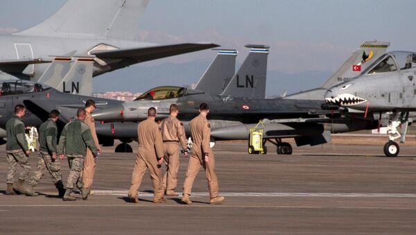 Američki vojnici šetaju na pisti ispred borbenih aviona u turskoj bazi Indžirlik. - Sputnik Srbija