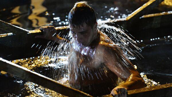 Kupanje u ledenoj vodi uoči Bogojavljenja - Sputnik Srbija
