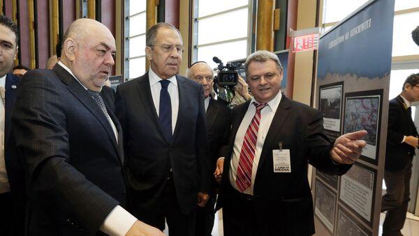 Ministar spoljnih poslova Rusije Sergej Lavrov na izložbi o Holokaustu u holu Ujedinjenih nacija u Njujorku - Sputnik Srbija
