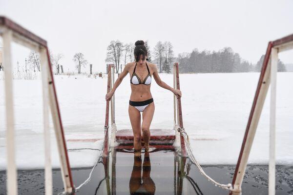 Devojka tokom tradicionalnog prazničnog kupanja u Novgorodskoj oblasti. - Sputnik Srbija