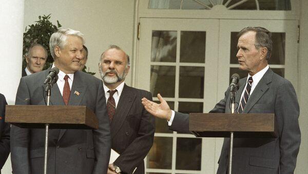 Predsednici Rusije i SAD, Boris Jeljcin i Džordž Buš ispred Bele kuće u Vašingtonu - Sputnik Srbija