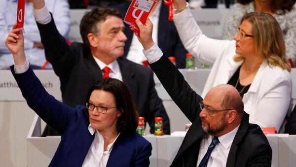 Лидер СПД-а Мартин Шулц  гласа на страначком конгресу у Бону. - Sputnik Србија
