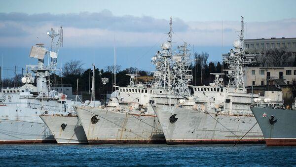 Vojni brodovi koji pripadaju Ukrajini, usidreni u Sevastopolju - Sputnik Srbija