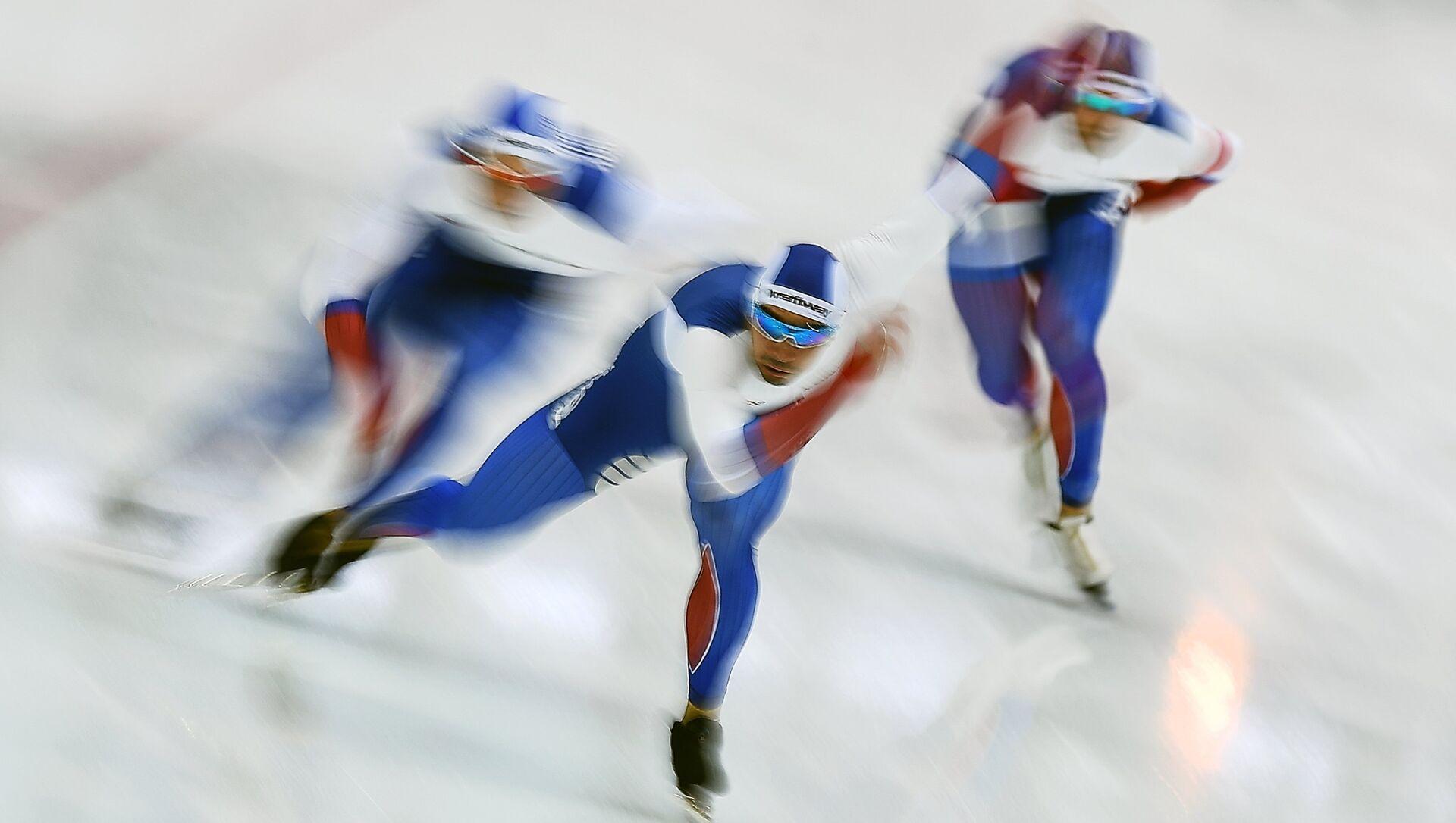 Денис Јусков, Павел Кулижњиков и Руслан Мурашов током такмичења у брзом клизању  - Sputnik Србија, 1920, 10.02.2021