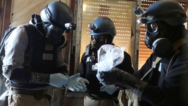 Stručnjaci za hemijsko oružje sa gas-maskama sakupljaju uzorke sa mesta navodnog hemijskog napada u predgrađu Damaska - Sputnik Srbija