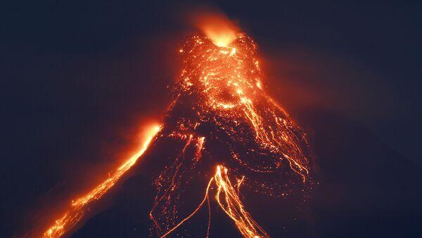 Вулкан Мајон избацује лаву у филипинској провинцији Албај - Sputnik Србија