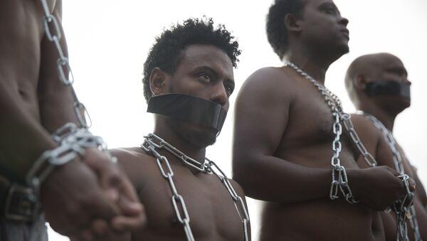Migranti iz Eritreje nose lance imitirajući robove na protestu protiv politike izraelske vlade ispred Kneseta. - Sputnik Srbija