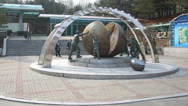 Spomenik u demilitarizovanoj zoni između dve Koreje - Sputnik Srbija