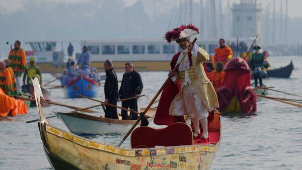 Gondole prolaze Velikim kanalom na otvaranju Karnevala u Veneciji - Sputnik Srbija