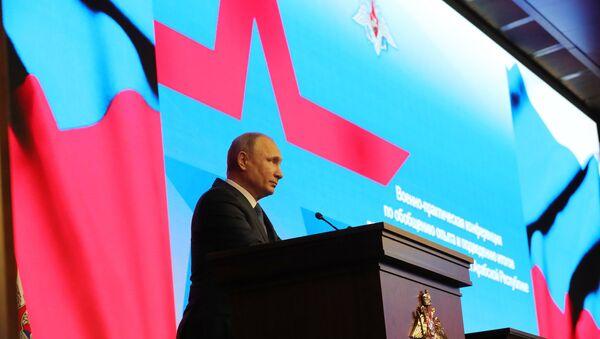 Predsednik Rusije Vladimir Putin u poseti Nacionalnom centru za upravljanje odbranom - Sputnik Srbija