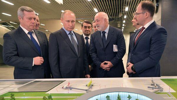 Predsednik Rusije Vladimir Putin posmatra maketu stadiona u Rostovu na Donu u kojem će biti odigrane utakmice SP u fudbalu - Sputnik Srbija