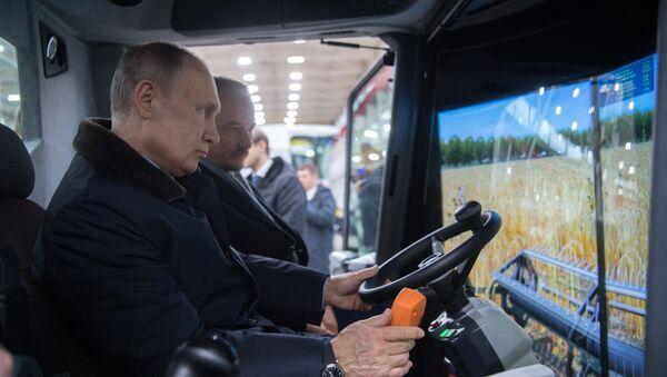 Predsednik Rusije Vladimir Putin tokom posete preduzeću Rostseljmaš u Rostovu na Donu - Sputnik Srbija