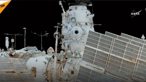 Руски космонаути Мишуркин и Шкаплеров демонтирали су стару и монтирали нову опремуна МКС - Sputnik Србија