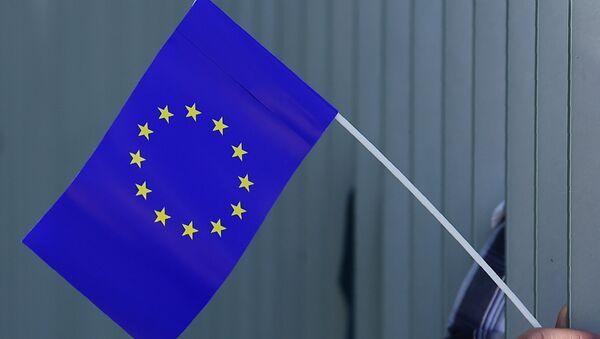 Присталица покрета Пулс Европе носи заставу ЕУ у Берлину - Sputnik Србија