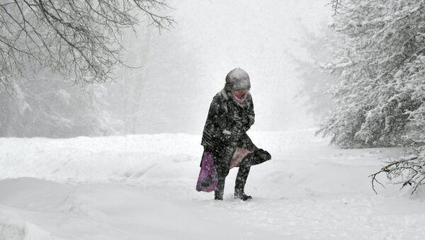 U moskovskom Hidrometeorološkom centru su rekli da su u nedelju pale rekordne količine snage, a smenjivali su se sneg i ledena kiša: od 6 do 18.00 časova u glavnom gradu Rusije palo je 53 odsto prosečnih mesečnih padavina. - Sputnik Srbija