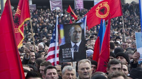 Присталице Рамуша Харадинаја са заставама САД и Албаније и ОВК - архивска фотографија - Sputnik Србија