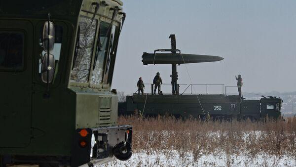 Припадници Оружаних снага Русије током преноса ракете оперативно-тактичког ракетног система Искандер М - Sputnik Србија