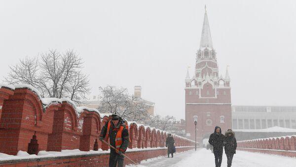 Radnik čisti sneg na mostu moskovskog Kremlja - Sputnik Srbija