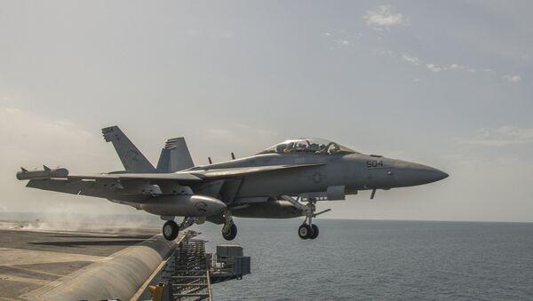 Avion američke mornarice EA-18G Grouler poleće sa nosača aviona Karl Vinson - Sputnik Srbija