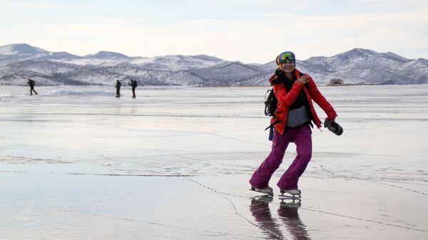 Devojka kliza na zaleđenom jezeru Bajkal - Sputnik Srbija