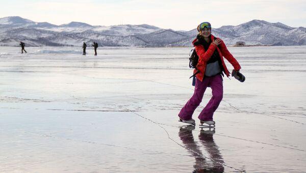 Девојка клиза на залеђеном језеру Бајкал - Sputnik Србија
