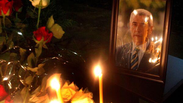 Портрет убијеног српског политичара Оливера Ивановића и запаљене свеће - Sputnik Србија