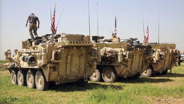 Амерички војник стоји на оклопном возилу у селу Дарбасија у Сирији - Sputnik Србија