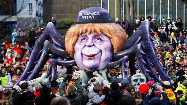 Карневалска маскота приказује намачку канцеларку Анегелу Меркел као црну удовицу у Диселдофру - Sputnik Србија