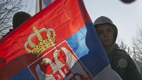Dečak nosi srpsku zastavu u selu Gračanica - Sputnik Srbija