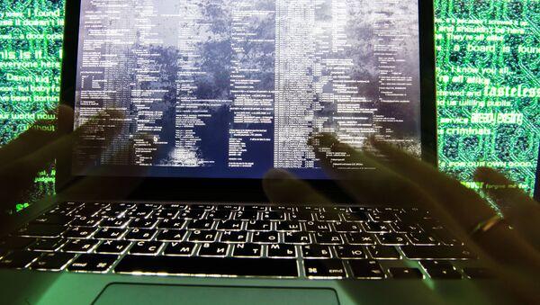 Virus napada kompjuter - Sputnik Srbija