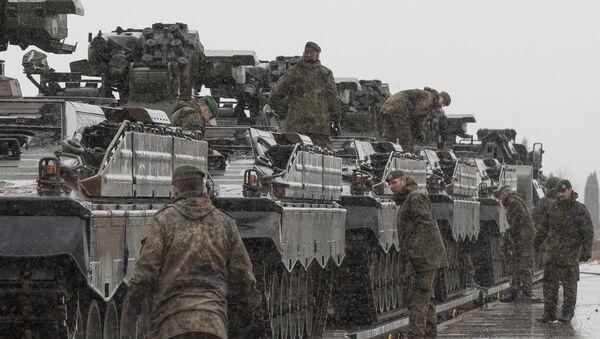 Pripadnici nemačke vojske, deo NATO kontingenta, istovaruju vojna vozila u Litvaniji - Sputnik Srbija