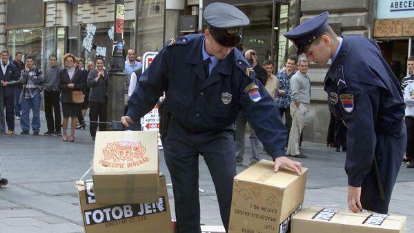Припадници полиције плене кутије студентског покрета Отпор на протесту у Београду 2000. - Sputnik Србија