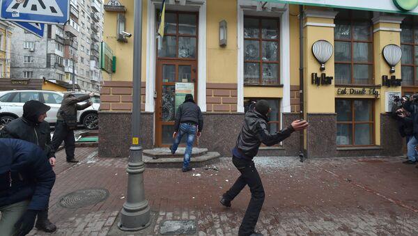 Ukrajinski nacionalisti bacaju kamenje na zgradu Zberbanke u Kijevu - Sputnik Srbija