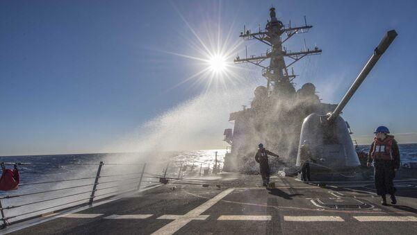 Talasi zapljuskuju palubu američkog razarača Karni na putu za Sredozemno more - Sputnik Srbija