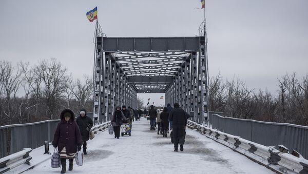 Ljudi na privremenom prelazu Stanica Luganska između Ukrajine i Luganske Narodne Republike - Sputnik Srbija