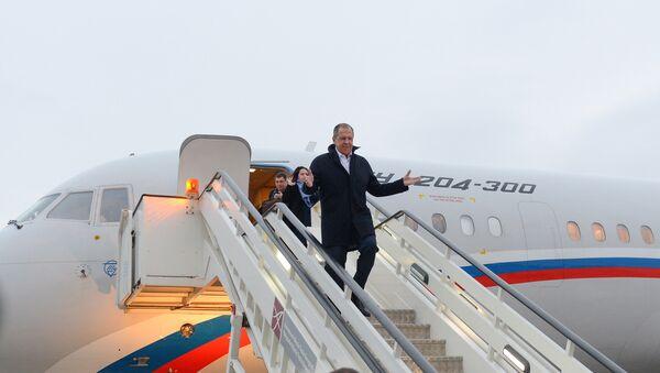 Sergej Lavrov izlazi iz aviona po sletanju u Beograd. - Sputnik Srbija