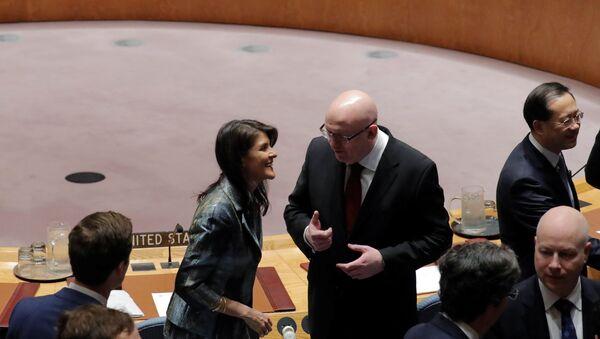 Амерички и руски амбасадор у УН, Ники Хејли и Василиј Небензја, пре заседања Савета безбедности УН у Њујорку - Sputnik Србија