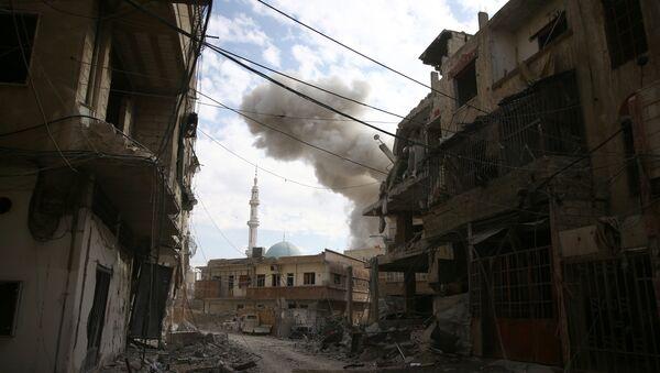 Dim se vije iz sirijskog grada Hamurijeh u Istočnoj Guti koji je pod opsadom naoružanih formacija - Sputnik Srbija
